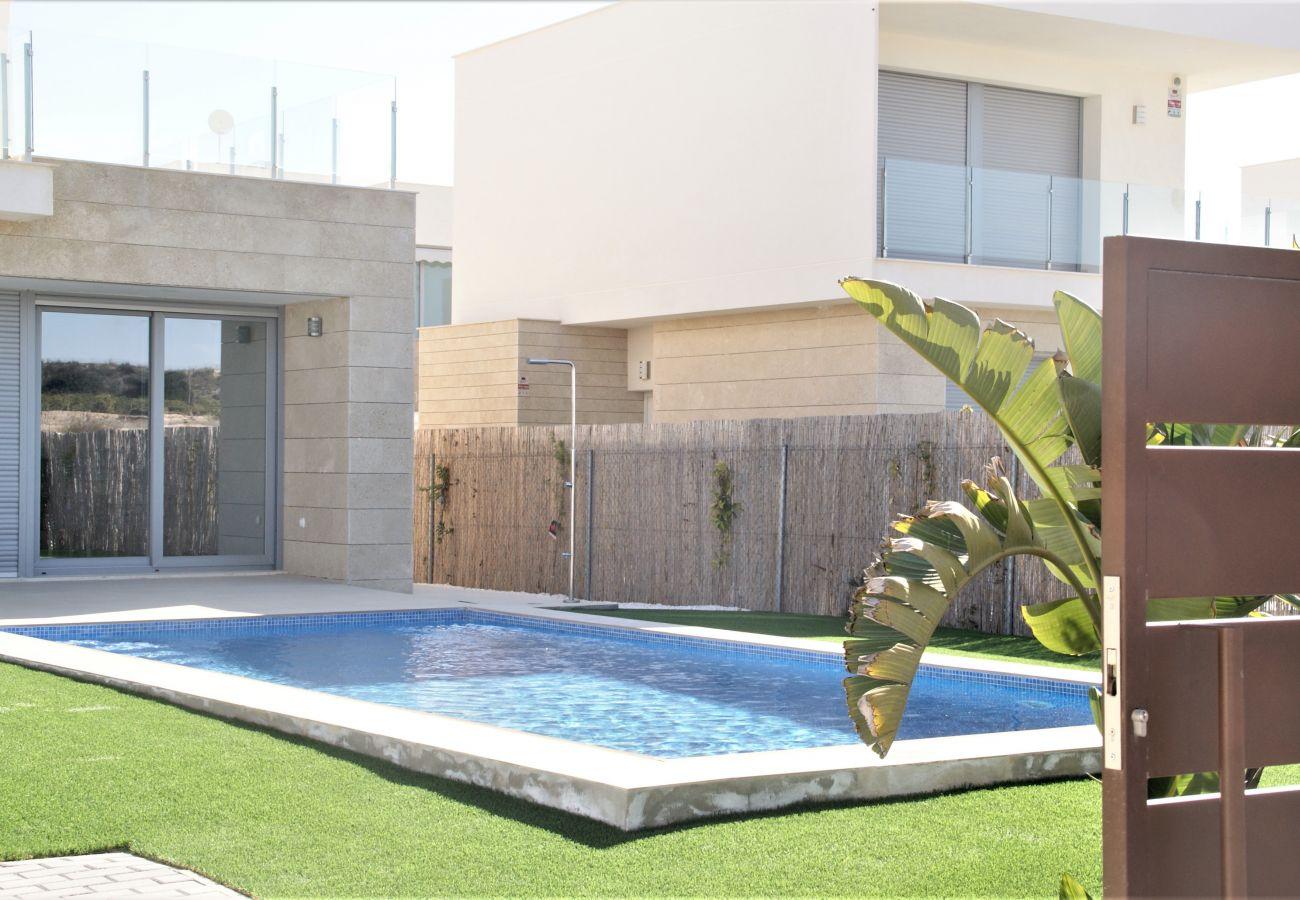 Zapholiday - 3053 - Vermietung Villa Vistabella Golf, Alicante - Schwimmbad